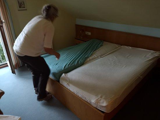 Oberreute, Germany: la signora che sta rifacendo il letto con lenzuola usate alle 1 e 30 di sera