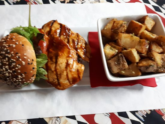 ‪‪Conception Bay South‬, كندا: Grilled BBQ Chicken Burger with Roasted Potatoes‬