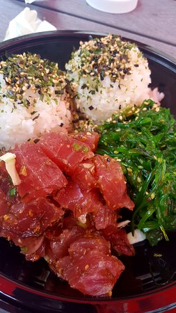 Umekes Ali'i Plaza: Ahi poke with seaweed salad