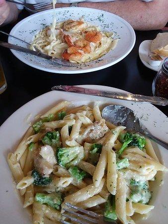 Fishers Landing, Estado de Nueva York: Seafood pasta and Chicken broccoli alfredo