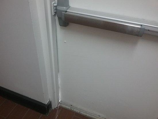 Jeffersonville, OH: Exit door never locks