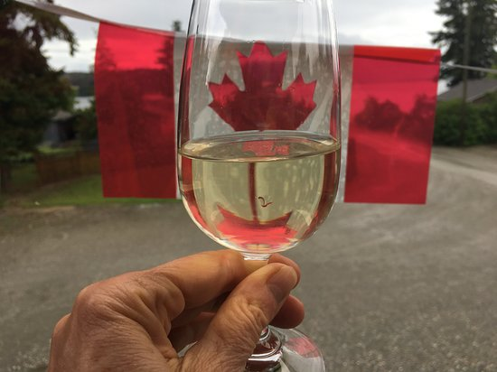 Tappen, Canadá: A glass of white on the deck at Sunnybrae.