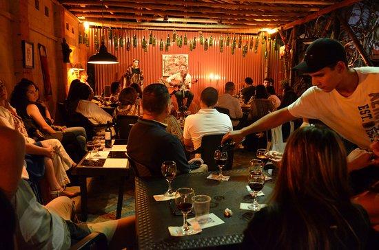 Sevilla, Colombia: A lo largo del año tenemos musica en vivo.