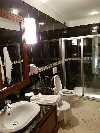 Une douche à l'italienne avec jet pour rappeler le pays que l'on visite