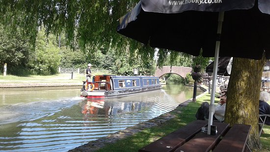 Саутам, UK: Right next to the canal