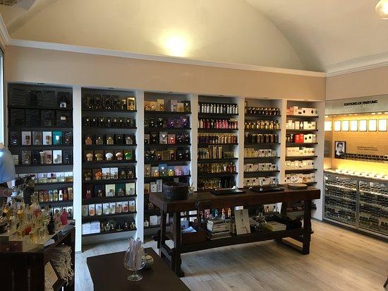 Siderno, إيطاليا: Interno del punto vendita Fragranze d'Autore.