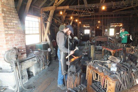 Heritage Park Historical Village: הנפחיה, הדגמה של הכנת פרסות סוסים