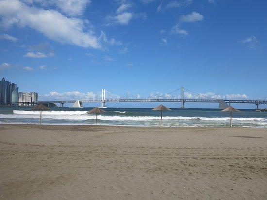 Gwangalli Beach: 海灘與遠方的廣安大橋