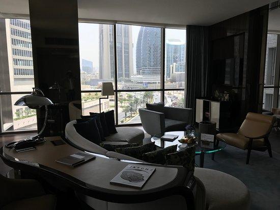 soggiorno con angolo studio - Picture of Four Seasons Hotel Dubai ...