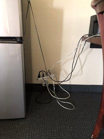 Farmington, Estado de Nueva York: Picture of how refrigerator, microwave, lamp, clock and coffee maker were plugged in