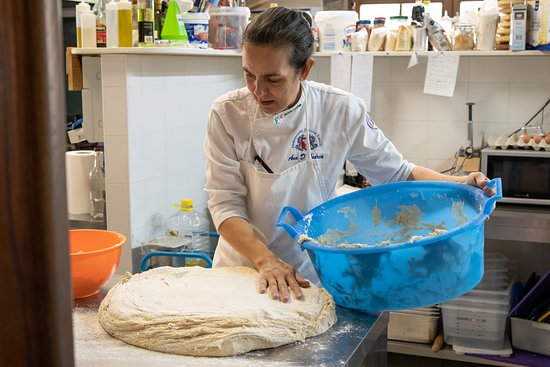 Agriturismo Il Passeggere : Making their homemade bread