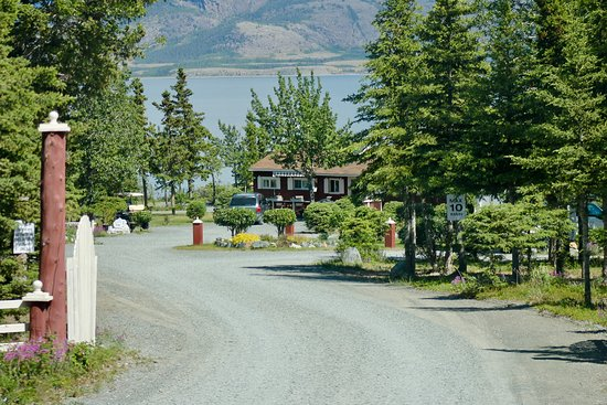 Destruction Bay, Canada: the entrance to the campground