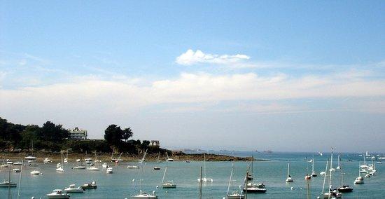 Saint-Briac-sur-Mer, França: Vue de la partie Ouest du port à marée haute