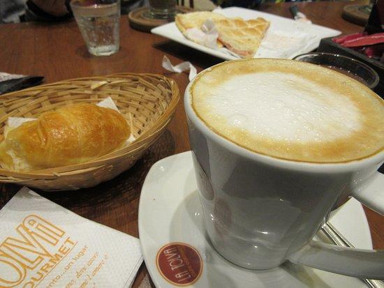 Capital Federal District, Argentina: Café com leite e media luna.