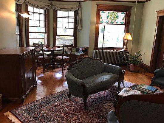 Palmer House Inn: Living Room/Parlor