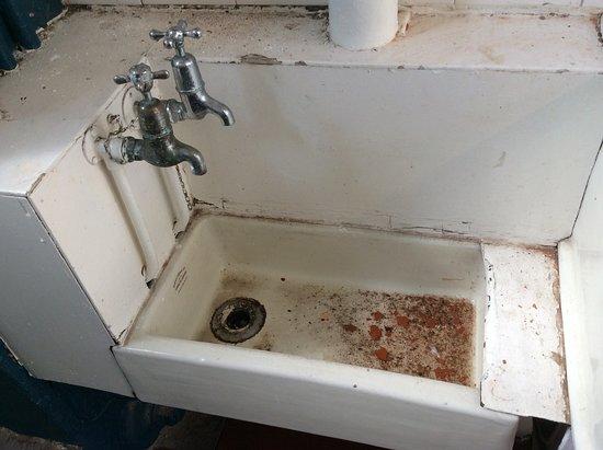 Hatters Hostel on Newton Street: Sink in the ladies' room