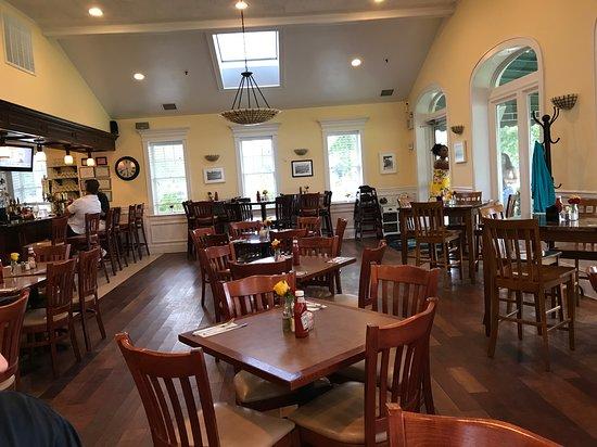 Bellport, NY: Interior of restaurant- light and elegant
