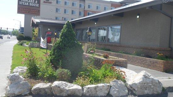 Smittys Pancake & Steak House: Right Side Landscaping - Right Side Landscaping - Picture Of Smittys Pancake & Steak House