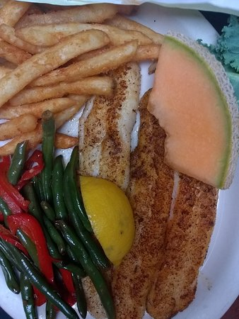 Capt'n Fishbone's Seafood Grill: Outstanding Service and delicious fish dinner a