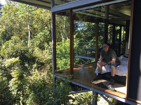 Upper Crystal Creek, Australien: Bedroom, as viewed from outdoor shower deck at side of bungalow