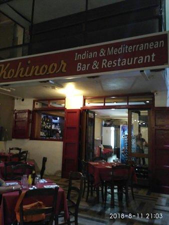 Kohinoor Bar & Restaurant: L'ingresso e due piatti diversi di curry
