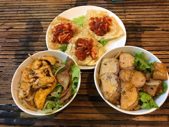 Vuon Xua (Old Garden) Cafe Restaurant: Pork and Chicken Cao Lau, with Fried Wonton