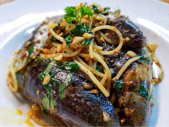 Tasty aglio olio pasta with mussels.