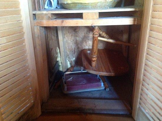 Belturbet, Irlandia: Broken chair and sweeper in the water heater cupboard.