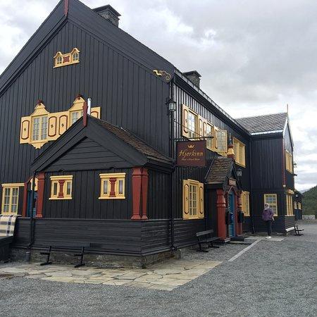 Dombas, Norwegen: Detrás, bonita estación de tren