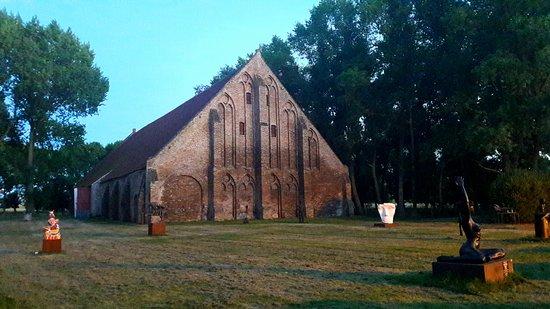 Lissewege, Belgium: Uitzicht op de prachtige gotische tiendenschuur van de Abdij van Ter Doest.
