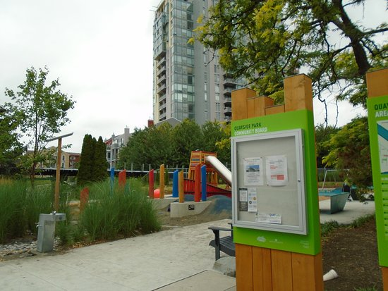 New Westminster, Kanada: Playground area and noticeboard. Railway in background