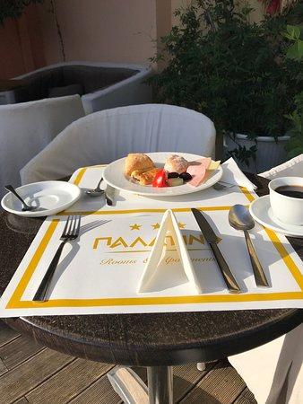 Palatino Hotel and Apartments: Breakfast table set up outside in the morning at Palatino.