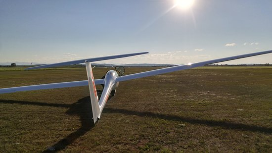 Black Diamond, Kanada: An evening view of one of the club's advanced gliders.