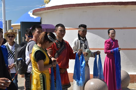 Hohhot, Kina: Actors standby to welcome visiting guests