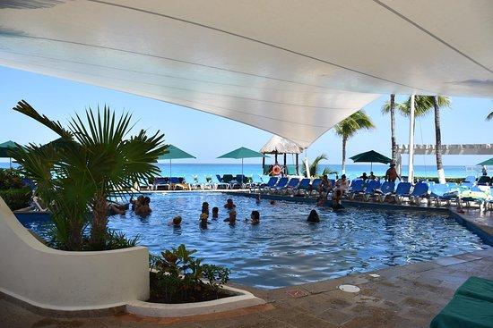 Piscine couverte (super idée !) - Picture of Royal Solaris Cancun ...