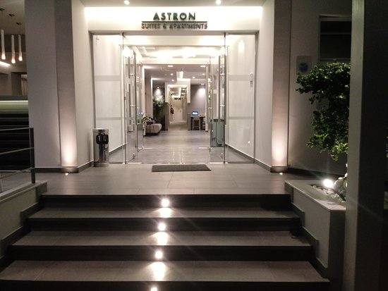 Astron Suites & Apartments: Ingang