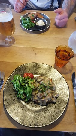 Tunstall, UK: Mushroom bruschetta and ham hock croquettes