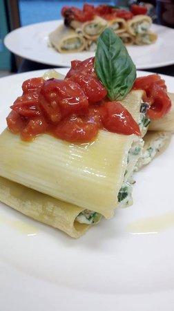 Borgo San Lorenzo, Italy: Paccheri farciti ricotta e zucchine con pomodorini freschi
