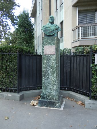 Monument a Lucien Guitry