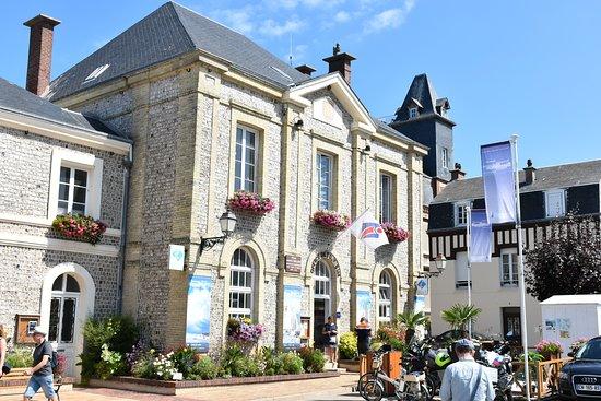 Étretat: Het Office de Tourisme aan de mairie.