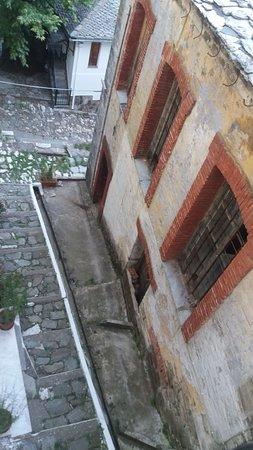 Zagora, Greece: το δρομακι απο το οποίο εισερχεστε στο αρχοντικο