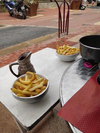 La Maison Des Coquillages Royal Bar: rajout d'une petite table d'appoint pour être plus à l'aise !