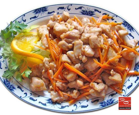 Pollo 🍗 estilo kung pao picante. Dados de pollo cocinados con guindillas secas. Pica rico.
