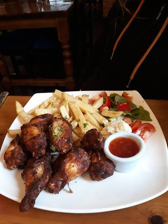 Harty's Bar & Restaurant: Crispy chicken wings done to perfection