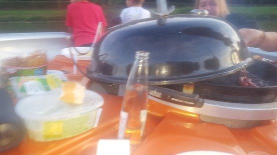Die BBQ Donut sind schwimmende Grills auf der Saar - mit Platz für ...
