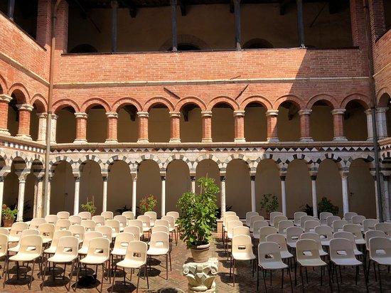 Torri, Italia: Interni chiostro preparato per il concerto