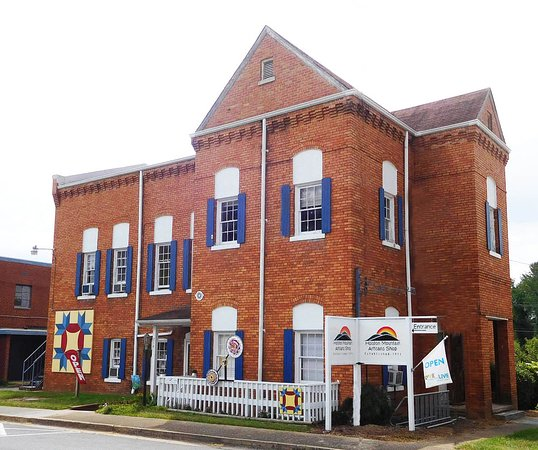 Abingdon, Virginie : The former Washington County Jail, built in 1903, is home for our craft shop.