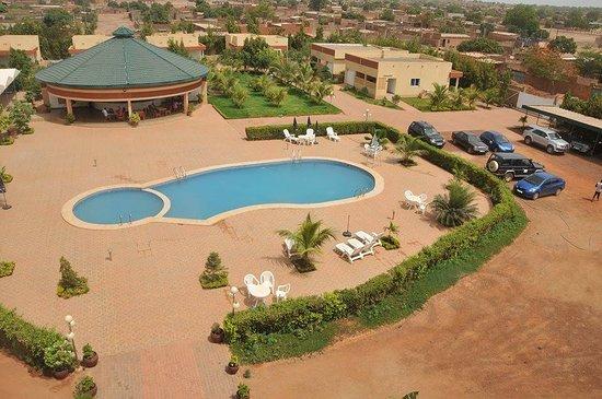 Koudougou, Burkina Faso: l'hôtel Ramonwende de l'intérieur avec une grande piscine, une belle terrasse, des villas