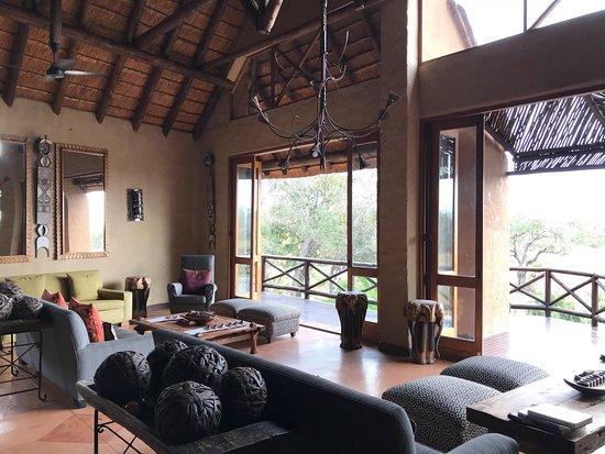 Lukimbi Safari Lodge: Esterni e living room