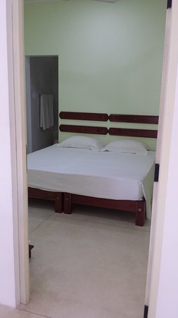 Habaraduwa, Sri Lanka: There are 2 ensuite double bedrooms...this one can be made as 2 singles...or as 1 super kingsize